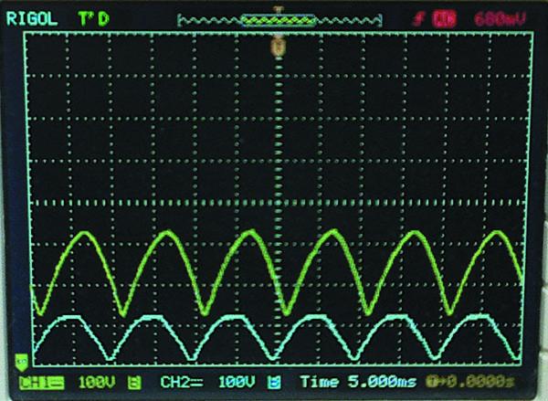 Напряжение на стоке Q2 (канал 2) и на конденсаторе С3 (канал 1) при входном напряжении 85 В