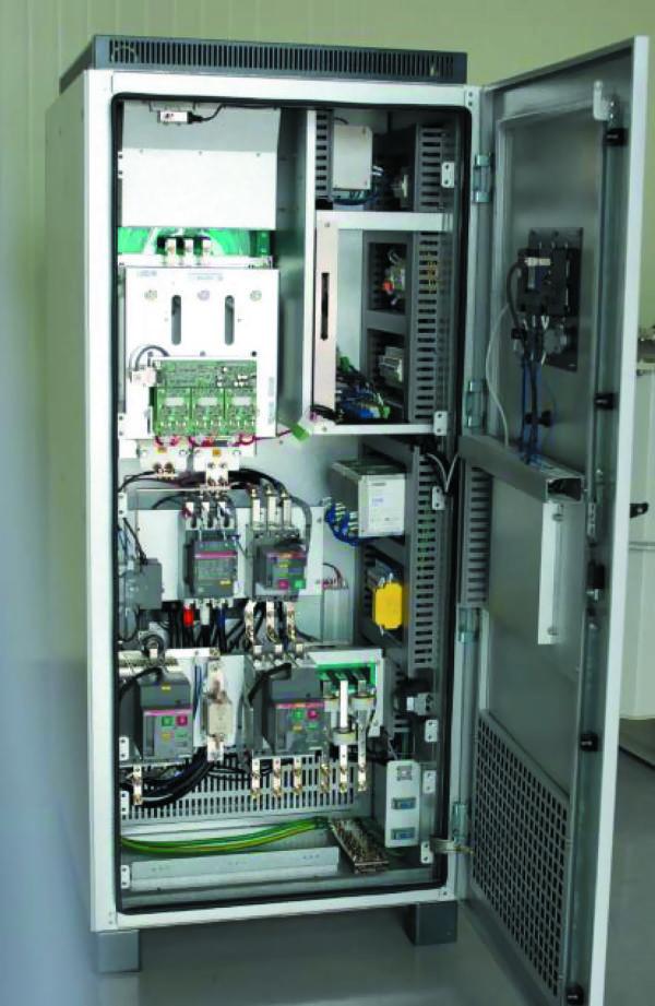 Раскрытый шкаф преобразователя ELT-BESS-125 КВт, входное напряжение 550–820 В DC, выходное напряжение трехфазное, 380 В DC ±10%, номинальная частота 50/60 Гц, коэффициент гармоник <5%. Диапазон рабочих температур –20...+50(70) °С. Охлаждение — воздушное принудительное. Степень защиты IP2X. Размеры 800×1000×1670 мм, масса около 1,2 т