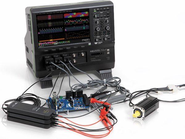 Осциллограф с подключенными пробниками и тестируемыми устройствами