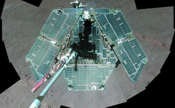 Солнечные панели марсохода Opportunity — коллаж из селфи, сделанных его панорамной камерой (фото: Reuters/NASA)