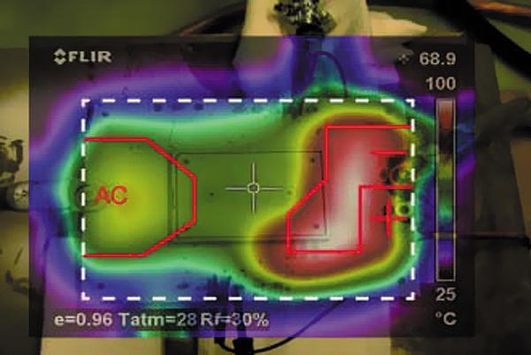 Тепловой профиль поверхности печатной платы (инфракрасная камера, вид сверху, наложение). Белая пунктирная линия определяет форму PCB, красная линия очерчивает границы подключения АС- и DC(-)-терминалов к дорожкам платы