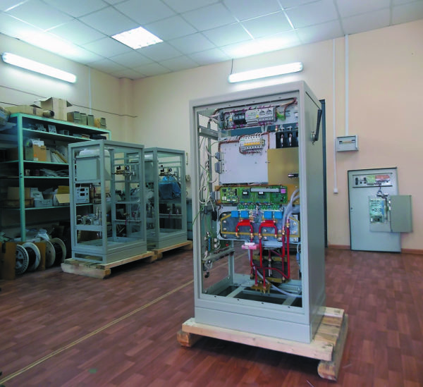 Конструкция основных полупроводниковых вентилей автономного инвертора (задняя сторона шкафа)