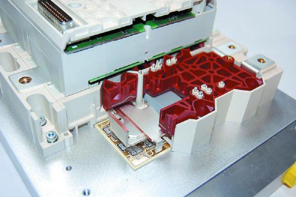 Особенности конструкции SKiiP4: DCB-плата с кристаллами IGBT и диодами, копланарная силовая шина, прижимная пластина с сигнальными пружинными выводами