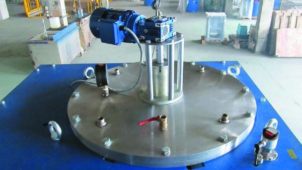 Электрический привод миксера установлен на крышке бака подготовки