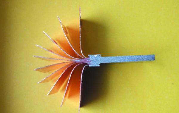 Образец биметалла, полученного двусторонней сваркой пакета медной фольги толщиной 0,3 мм и алюминиевой пластины толщиной 3 мм