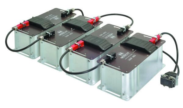 Модульные блоки хранения энергии с подключением силового интерфейса соединителем Han Q 1/0. Черный и красный цвета кожухов обозначают полярность подключения