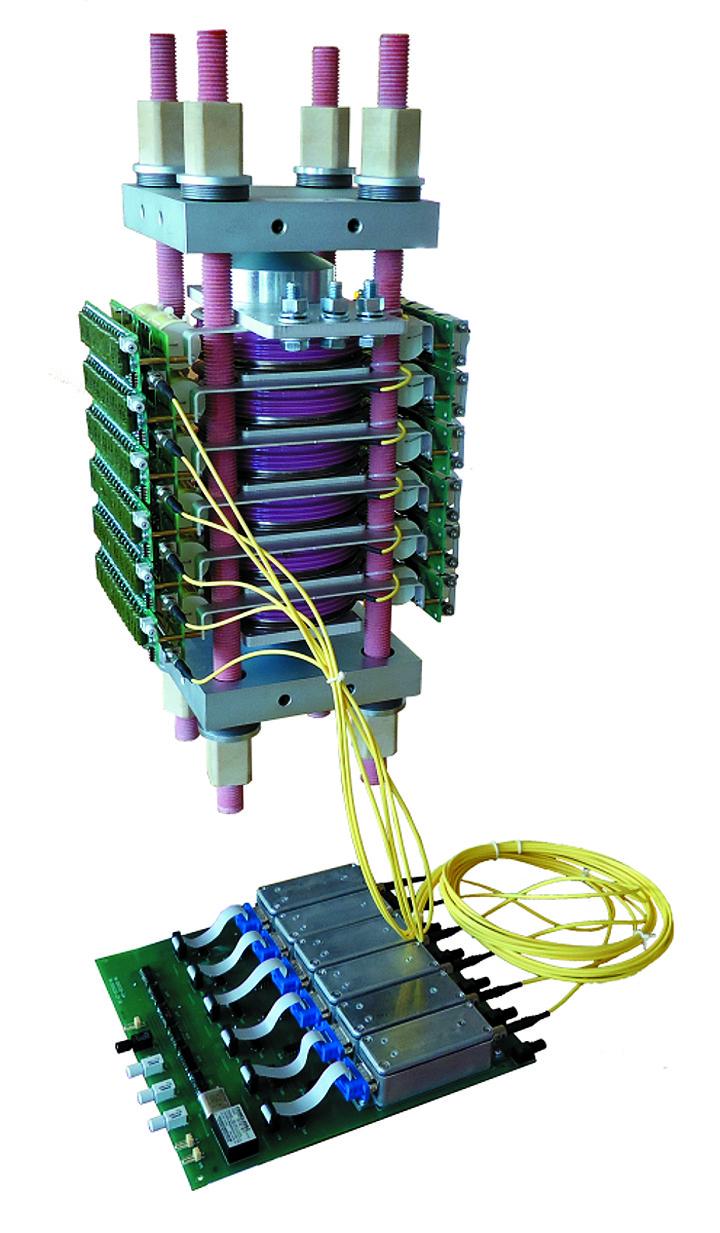Силовой высоковольтный блок c шестью последовательно включенными LTT PP (5000 В) для импульсных применений на ток до 120 кА с шестиканальной платой управления на основе оптического драйвера типа 1