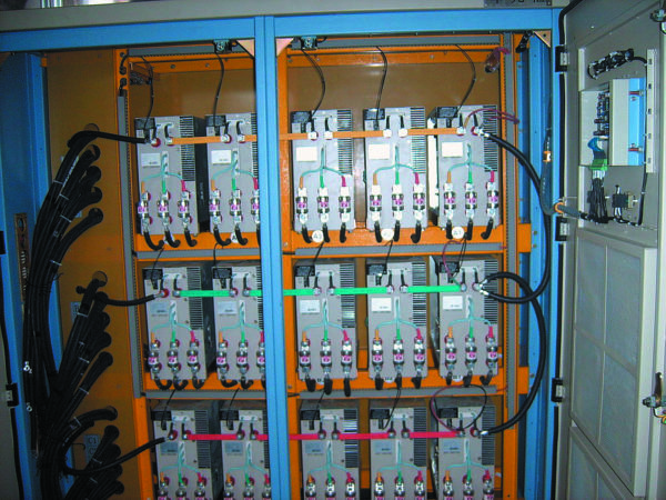Шкаф инвертора с подключенными последовательно силовыми ячейками