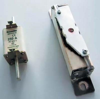 Предохранители одного номинала для переменного (слева) и постоянного (справа) тока