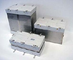 Два конденсатора PCC-HP радиального исполнения с плоскими выводами и один стандартный, перевернутый выводами вверх конденсатор PCC-HP