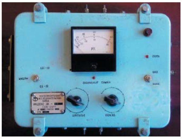 Лицевая панель сэлементами управления исигнализации портативного устройства дляимпульсной токовой СИ асинхронных двигателей