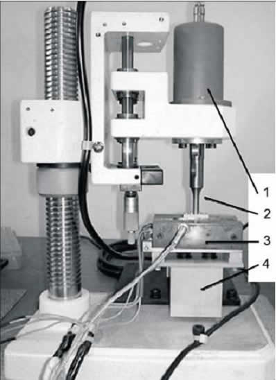 УЗ-установка для пайки кристаллов: 1— УЗ-преобразователь; 2— излучатель-концентратор; 3— нагреватель; 4 — датчик давления